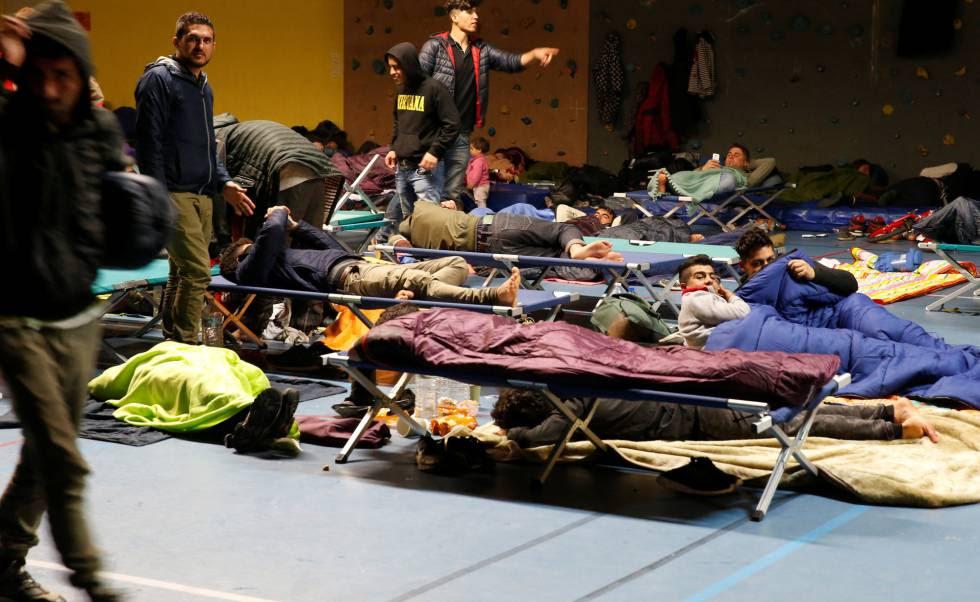 Migrantes realojados tras el incendio del campamento.