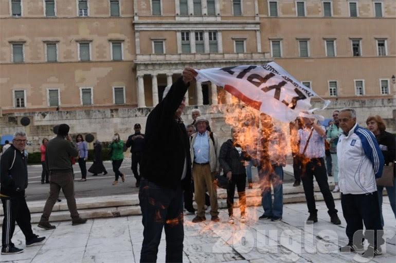 Πολίτες καίνε σημαίες του ΣΥΡΙΖΑ