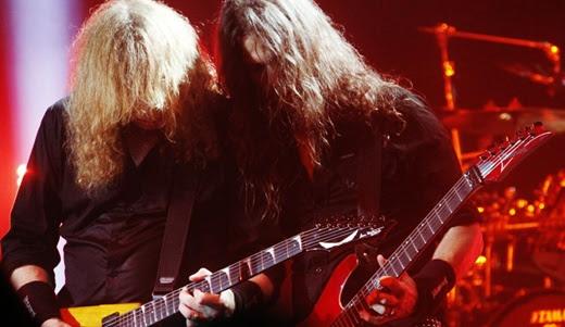 Dave Mustaine e Kiko Loureiro, em um dos muitos duelos em alta velocidade que acontecem no show