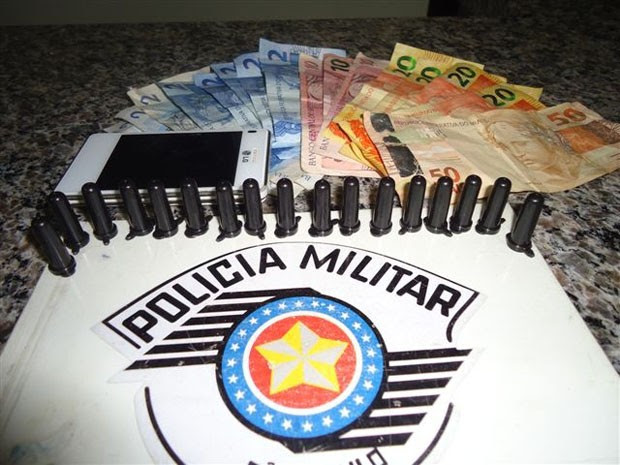 Pinos de cocaína e dinheiro foram encontrandos com adolescente em Jacupiranga, SP (Foto: Divulgação / Polícia Militar)