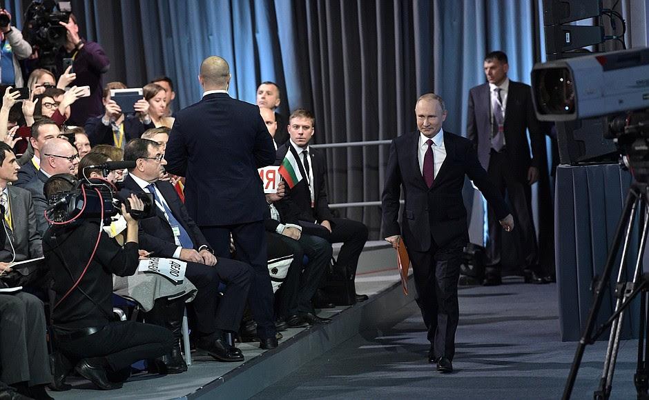 Prima dell'inizio della grande conferenza stampa di Vladimir Putin.