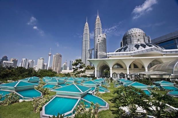 Azja Kuala Lumpur, Malezja. Stolica Malezji, leży w środkowej części Półwyspu Malajskiego. Atrakcją i zarazem najbardziej charakterystycznym obiektem w Kuala Lumpur są wieżowce Petronas Towers o wysokości prawie 500 m, jedne z najwyższych na świecie.