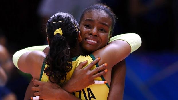 Fabiana comemora vitória na disputa de terceiro lugar do Mundial de vôlei