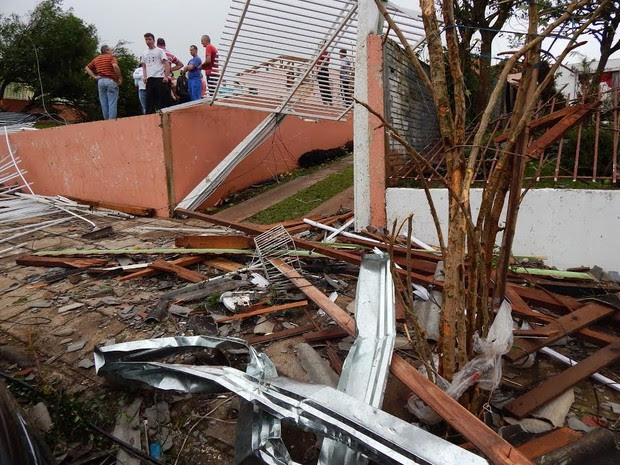 Casa onde estava casal de idosos ficou destruída após tornado em Xanxerê (Foto: Laion Espíndula/G1)