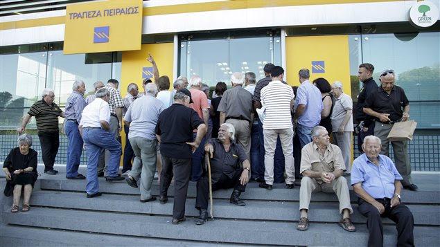 Les Grecs attendent l'ouverture des banques