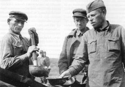 http://upload.wikimedia.org/wikipedia/commons/0/00/Soviet_POWs_in_Muuj%C3%A4rvi_camp.jpg