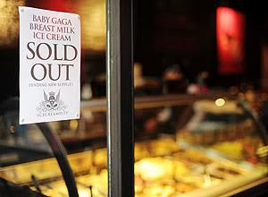 Cartaz na porta da sorveteria, em Londres; produto esgotou no primeiro dia de vendas
