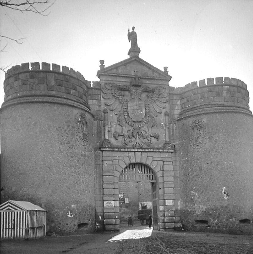 Puerta de Bisagra de Toledo a finales del siglo XIX. Fotografía de Alexander Lamont Henderson