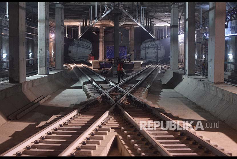 http://static.republika.co.id/uploads/images/inpicture_slide/pekerja-melintas-di-antara-rel-di-stasiun-mass-rapid-_180405212646-695.jpg