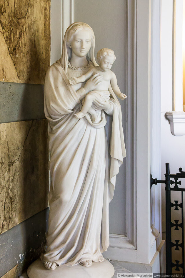 Статуя женщины с младенцем на руках