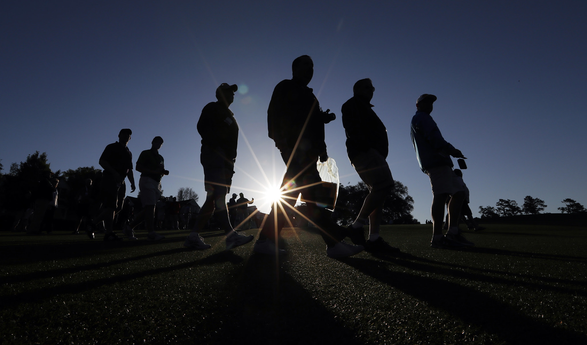 Spectators arrive for the final practice round for the Masters golf tournament Wednesday, April 6, 2016, in Augusta, Ga. (AP Photo/David J. Phillip)