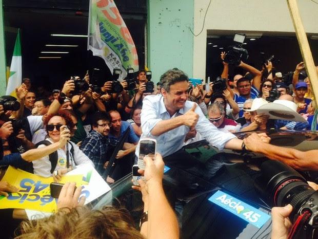 Aécio Neves cumprimenta eleitores pelas ruas de Mogi das Cruzes (SP) (Foto: Carolina Paes/TV Diário)