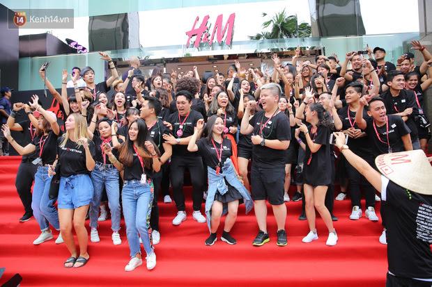 H&M Việt Nam đã chính thức mở cửa đón khách, dân tình xếp hàng chờ vào mua ra tới tận ngoài đường - Ảnh 16.