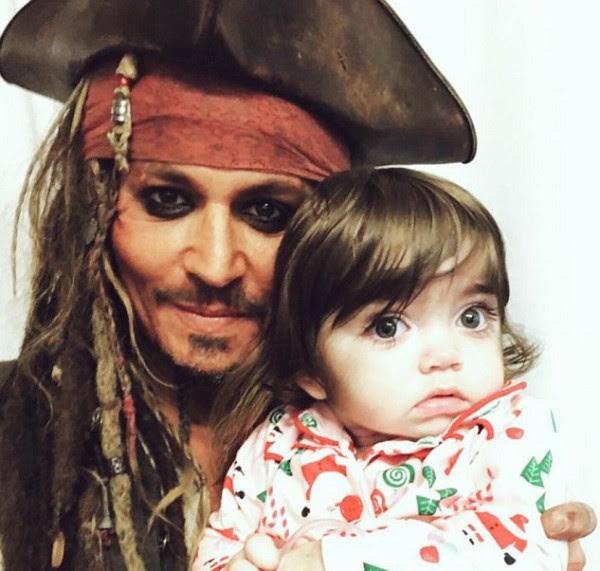 O ator Johnny Depp com uma garotinha internada em um hospital de Londres (Foto: Twitter)