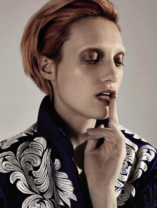 LE FASHION BLOG EDITORIAL BEAUTY HAIR STRAWBERRY BLONDE BOWIE INSPIRED WESTERN BLUE EMBROIDERED TOP SHIRT COLLARED METTALIC EYES NUDE LIPS NUDE TAUPE NAILS MANICURE  SHORT CUT BELLE OUI COMME BOWIE Grazia France Autumn Kendrick Christophe Meimoon Anne Raybauld MASCULINE INSPIRED BLEACHED BROWS EYEBROWS