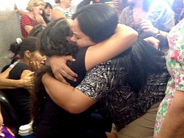 Mulher abraça mãe de crianças que morreram queimadas em Ceilândia, no DF (Foto: Lucas Salomão/G1)