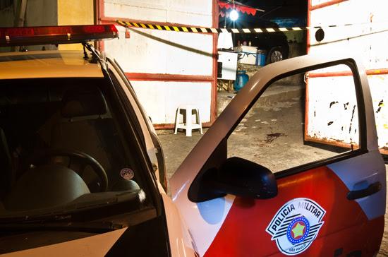 Polícia isola local onde ao menos três pessoas morreram em uma chacina na Vila Nova Galvão, zona norte de SP