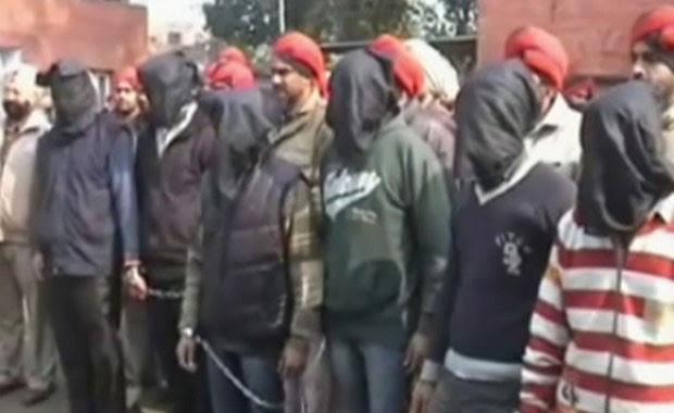 Polícia apresentou envolvidos em novo estupro coletivo com os rostos cobertos (Foto: BBC)