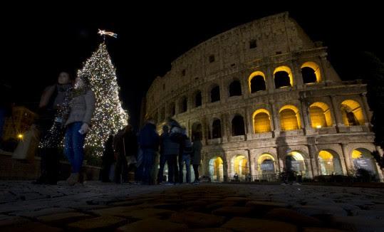 Árvore de Natal em Roma, em frente ao Coliseu (AP)
