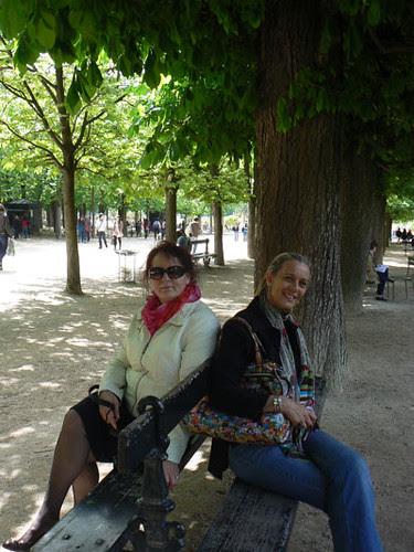 rachel et Anne sur un banc.jpg