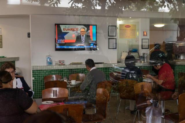 Une télévision couvrait la soirée électorale américaine, mardi,... (Photo Cesar Rodriguez, Bloomberg)