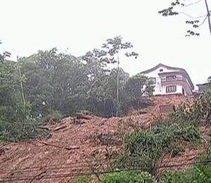 Deslizamentos de terra deixaram construções em Petrópolis em situação de risco (Foto: Reprodução/TV Globo)