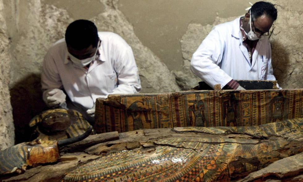 Arqueólogos egipcios revisan este martes un sarcófago hallado en Luxor.