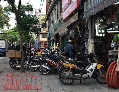 TP Hồ Chí Minh: Vắng bóng lực lượng chức năng, vỉa hè quận 1 'đâu lại vào đấy' - Ảnh 3.
