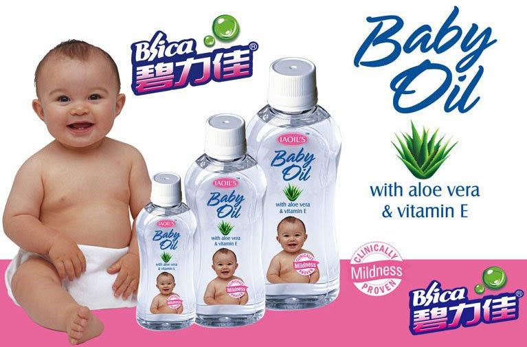 bebé con tarros de aceite mineral
