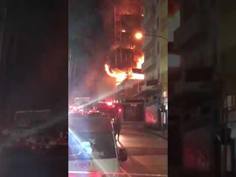 Un zgârie-nori cuprins de flăcări s-a prăbușit : O persoană a murit, iar alte trei sunt date dispărute