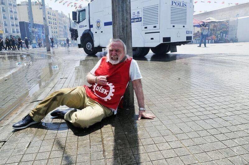 Mehmet Güleryüz, one of Turkey's most prominent artists, collapses from excessive tear gas.