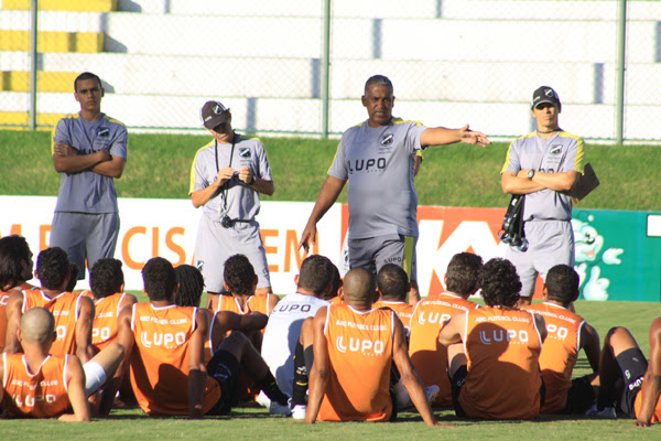 O técnico Ademir Fonseca conversou com seus jogadores e disse da importância de vencer em casa para conseguir subir na tabela