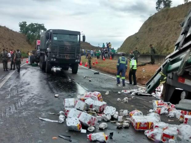 Caminhão carregado com papel também se envolveu em acidente na Fernão Dias (Foto: Polícia Rodoviária Federal)