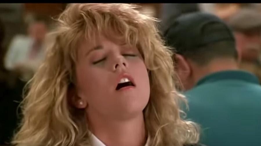 """A atriz Meg Ryan em cena do filme """"Harry e Sally"""" (1989), no qual sua personagem simula um orgasmo em um restaurante"""