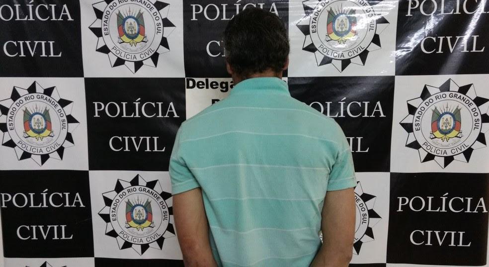 Homem de 38 anos foi preso após ser flagrado agredido mulher com faca em Bom Jesus (Foto: Polícia Civil/Divulgação)