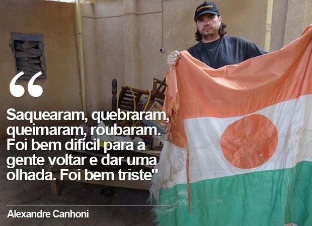 Xand exibe bandeira do Níger em frente a parte de destruição que encontrou na sua casa (Foto:  Reprodução/Facebook/Alexandre Canhoni)