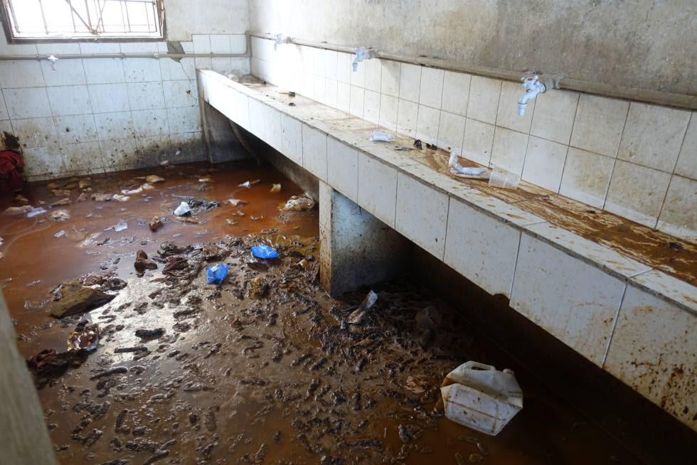 Servicios de un centro de detención en Misrata (Libia) inundados de orina y heces.