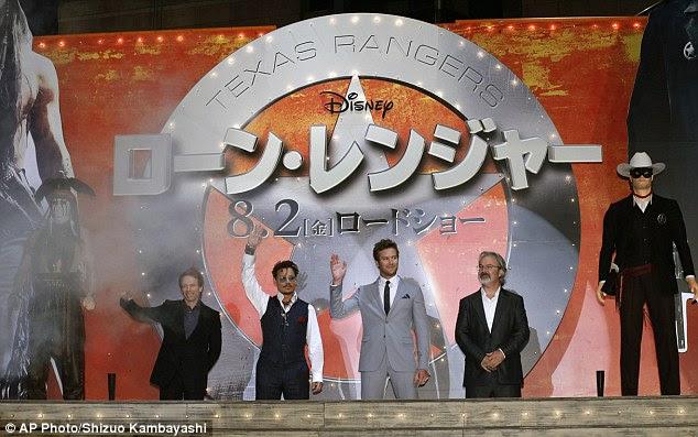Figurões de Hollywood: Depp foi acompanhado pelo colega de elenco Armie Hammer, o produtor Jerry Bruckheimer e produtor Gore Verbinski