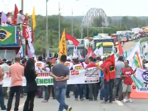 Manifestantes protestam contra a PEC da Reforma da Previdência na Ponte do Estrito dos Mosquitos no MA (Foto: Reprodução/TV Mirante)