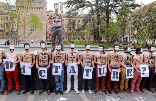 Après Paris, Caen, Nantes, Rennes, Versailles et Nice, c'est au tour des TOULOUSAINS de se mobiliser, merci pour ce happening fort en symboles!  Pour la vidéo: http://toulouse.actu.fr/actualite/manifestation-hommen-toulouse-mariage-gay-video-46219  Hommen
