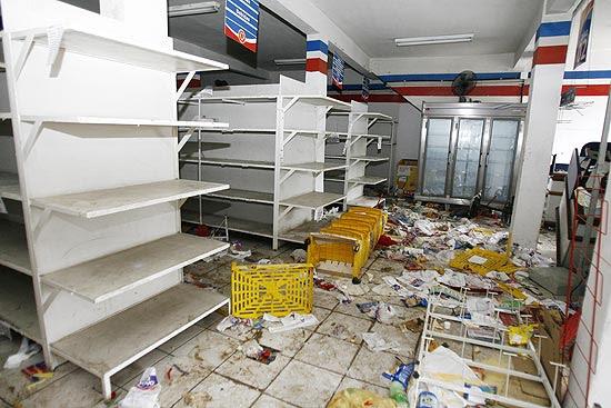 Loja é saqueada em Salvador durante a greve da PM; agentes da Força Nacional e militares patrulham ruas
