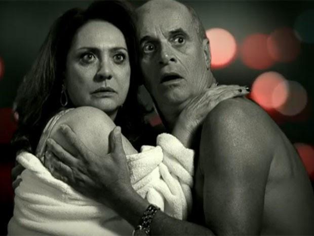 Pegos no flagra, Muricy e Leleco se desesperam (Foto: Avenida Brasil / TV Globo)
