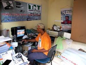 Robert dorme, cozinha e trabalha em um só cômodo no Guarujá, SP (Foto: Anna Gabriela Ribeiro/G1)