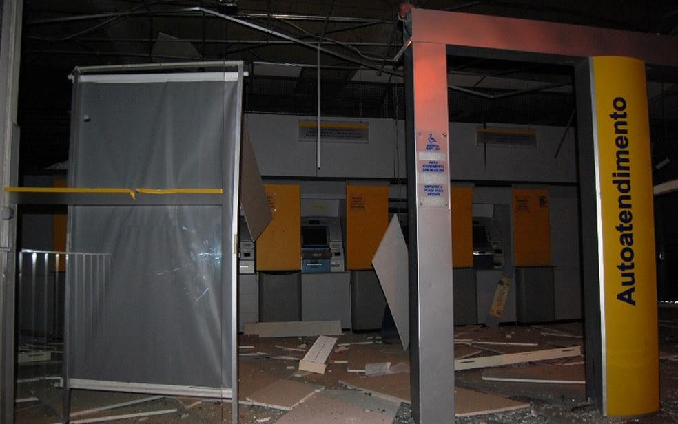Agência foi explodida e criminosos atiraram para cima durante ação (Foto: Blog Agmar Rios)