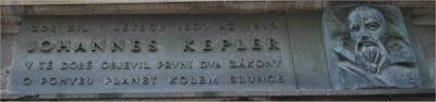 Placa conmemorativa de la estancia de Johannes Kepler en Praga.(Se agradecería la contribución de algún checoparlante)
