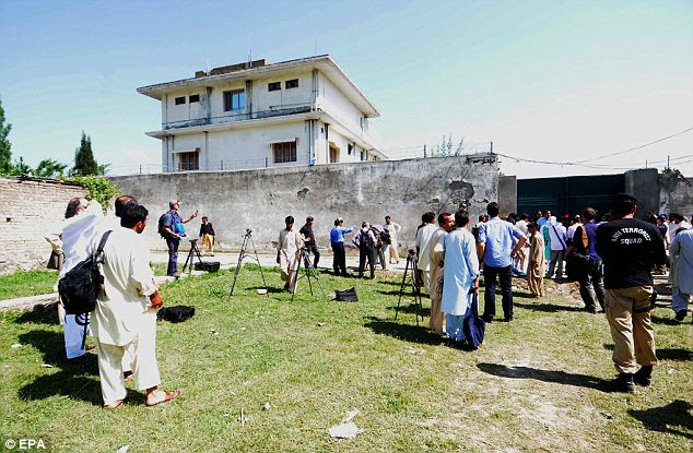 Raided: funcionários de segurança paquistanesas conceder o acesso aos jornalistas para cobrir o composto em que Osama Bin Laden foi morto