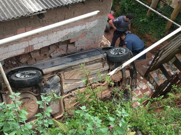 Motorista perdeu o controle e atingiu casa (Foto: Eduardo de Paula/TV Vanguarda)