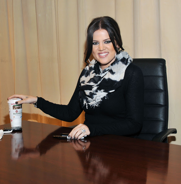 http://www1.pictures.zimbio.com/gi/Kim+Khloe+Kourtney+Kardashian+Sign+Copies+AEGZYHLpS4bl.jpg