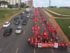 Integrantes da FNL fecharam duas vias do Eixo Monumental na manhã desta segunda-feira (Foto: Luciana Amaral/G1)