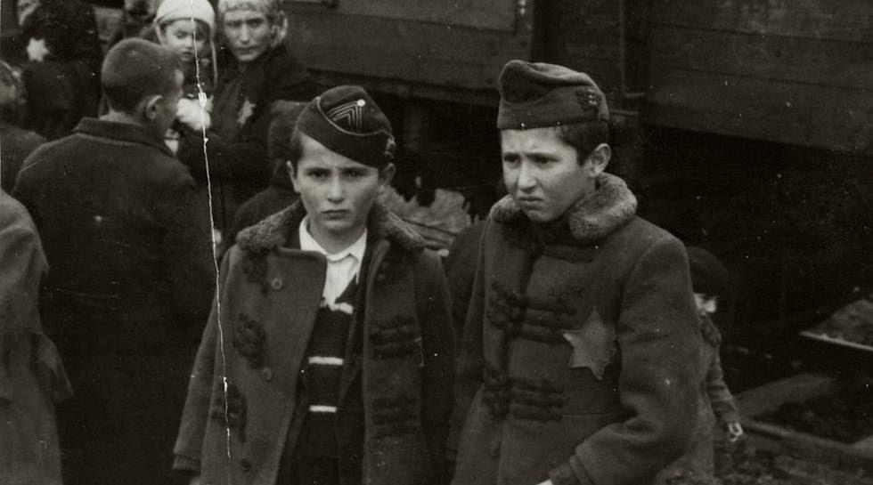 Los hermanos de la descubridora del Álbum, Israel y Zelig. Poco después de que se tomase esta foto, fueron asesinados.